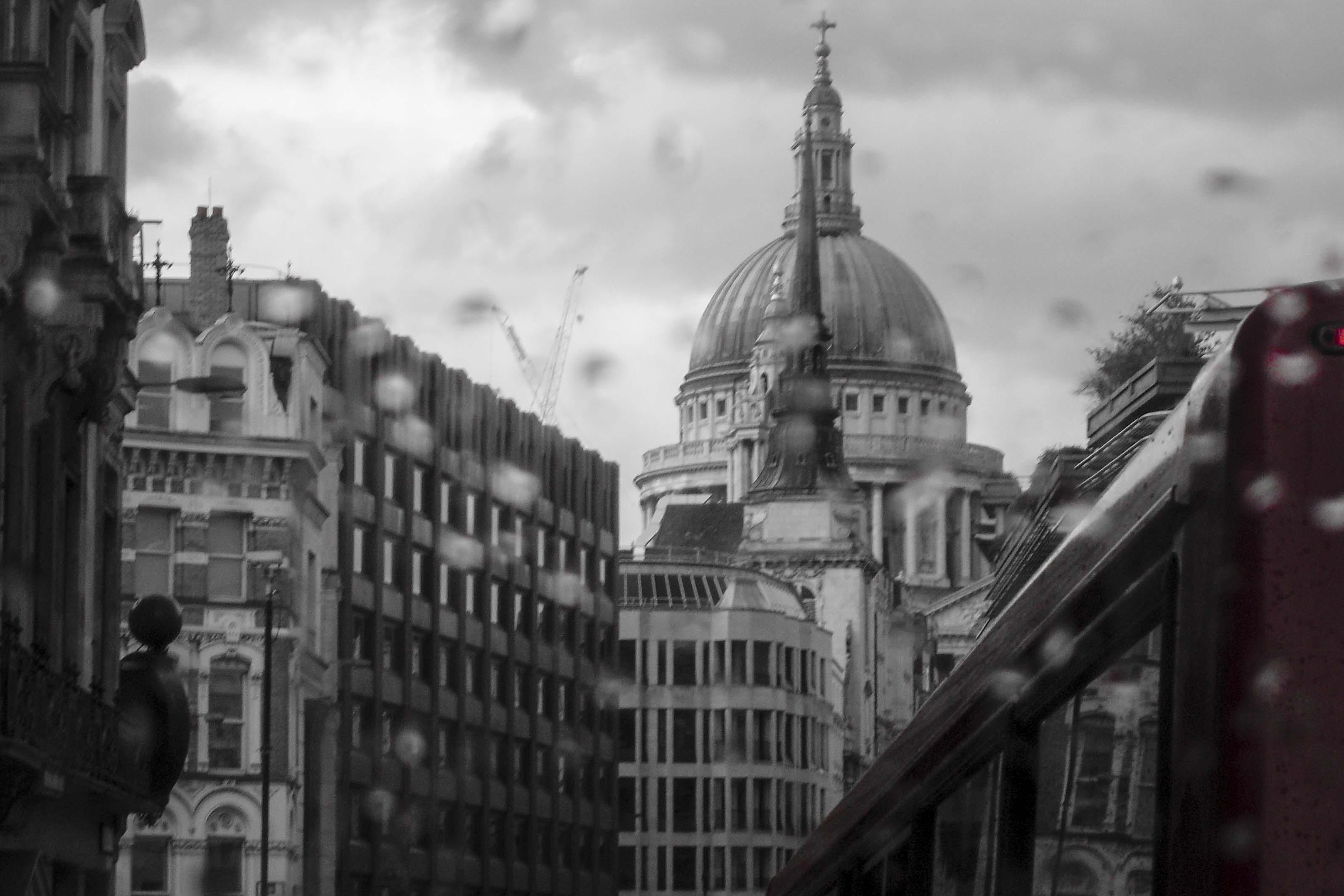 St. Paul's in regenachtig Londen