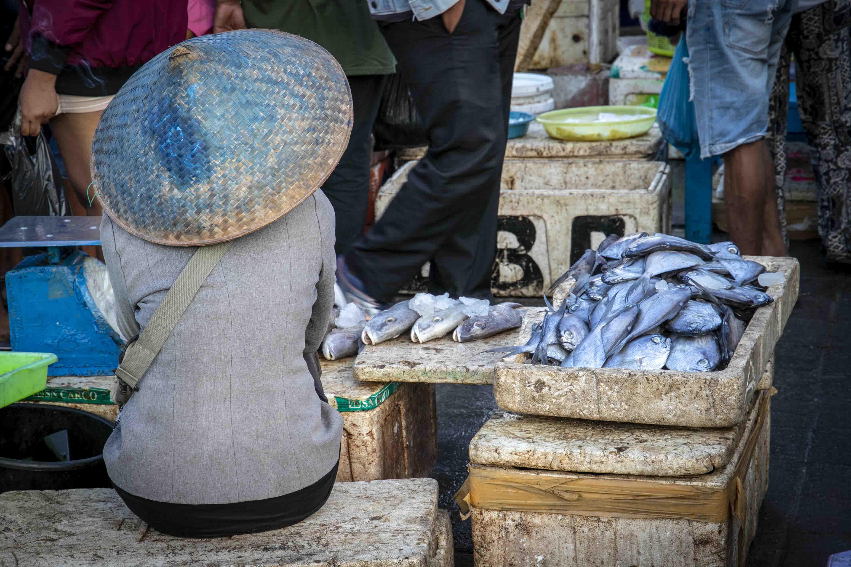 Visverkoopster op de vismarkt in Jimbaran