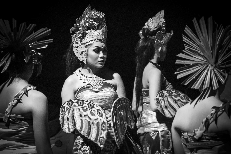 Balinese danseressen klaar voor optreden op Nyepi
