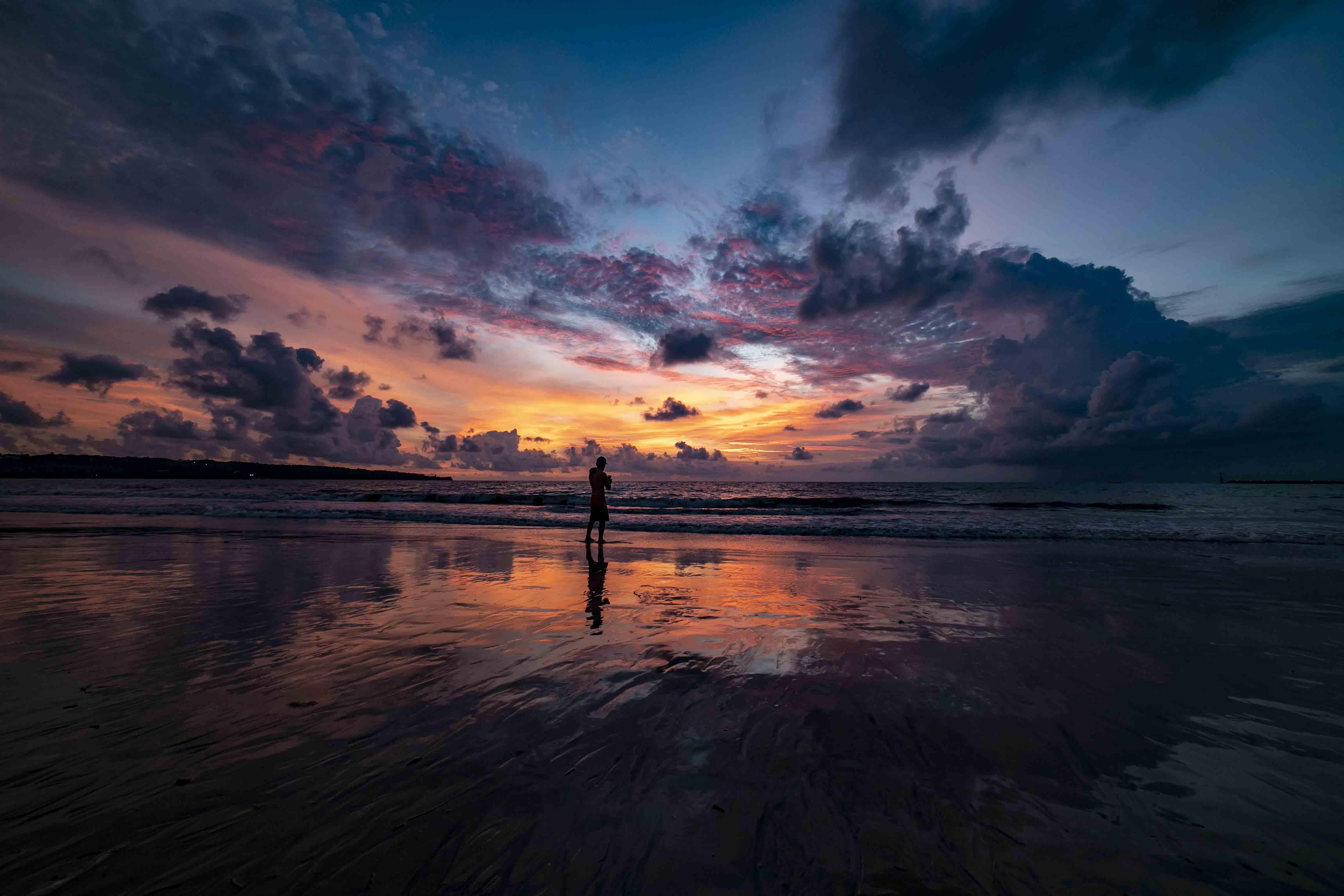 Spectaculaire zonsondergang op het strand van Jimbaran